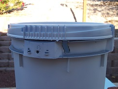 Notch in side of DWC bucket for air lines with lid attached